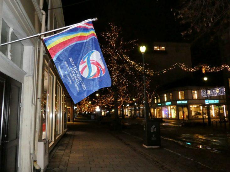 Bandiera di Euro 2020 lungo le strade di Trondheim