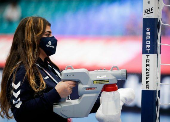 La nuova normalità: durante Euro 2020 un'addetta disinfetta porta © Jozo Cabraja - kolektiff